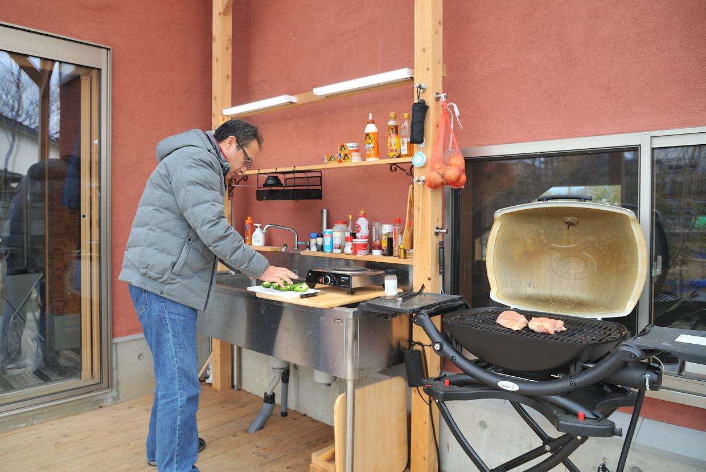 手慣れた様子でバーベキューを始める安藤様。柱と柱の間には調理器具や調味料を置ける棚板を渡して使いやすく