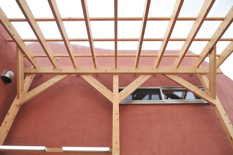 透明の屋根なら圧迫感がなくアウトドアの解放感を楽しめる。