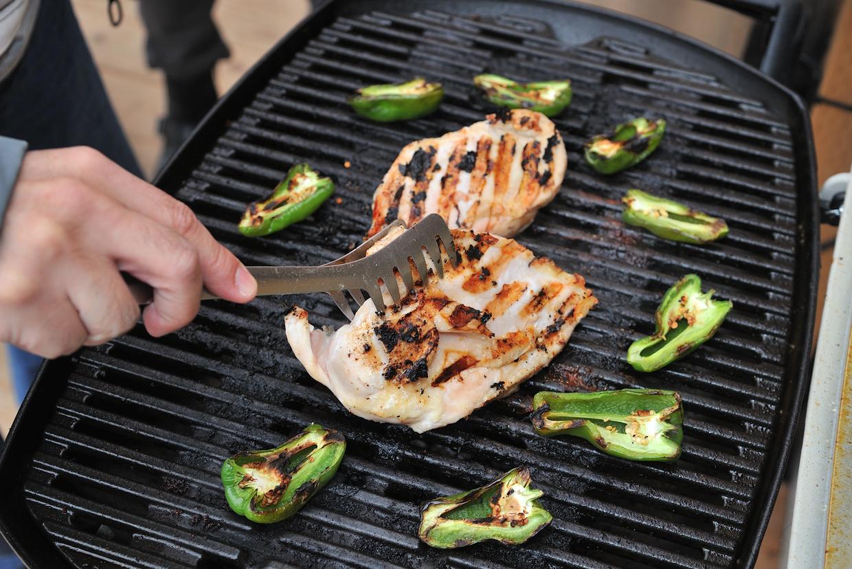 こんがり焼き上がった肉はジューシーで、手の込んだ料理にも負けないおいしさ