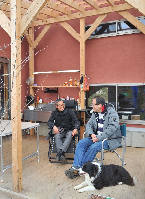 デッキで歓談する安藤様(左)と木村氏(右)。「3〜4人がゆったり腰掛けられる広さなので使いやすい」と安藤様