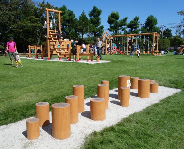 連休には2,300人もが訪れる、「木製アスレチック遊具」いっぱいの遊び場!!