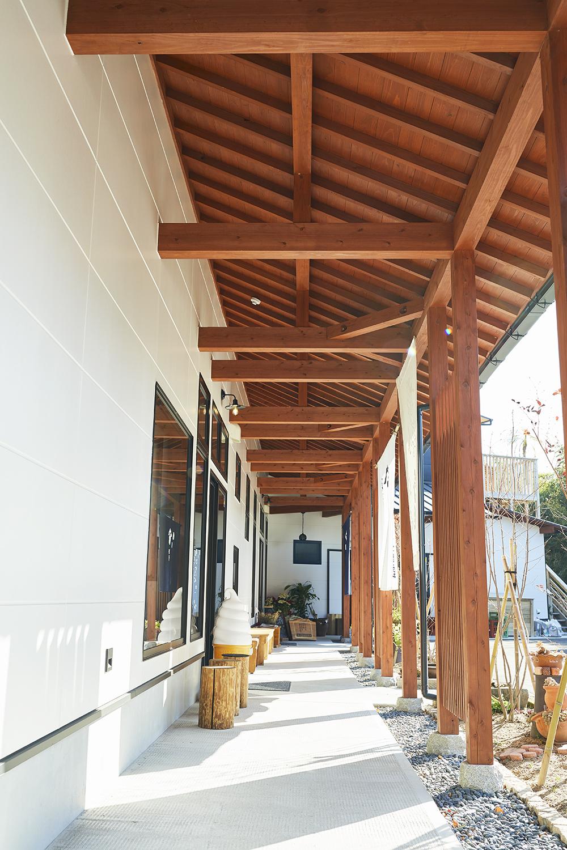 外廊下の天井も木材で作り、雰囲気を統一