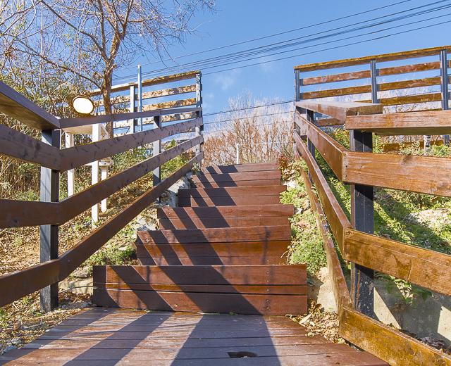建築ファンも訪れるカフェの外構をリニューアル! 駐車場の塀と階段を木製に