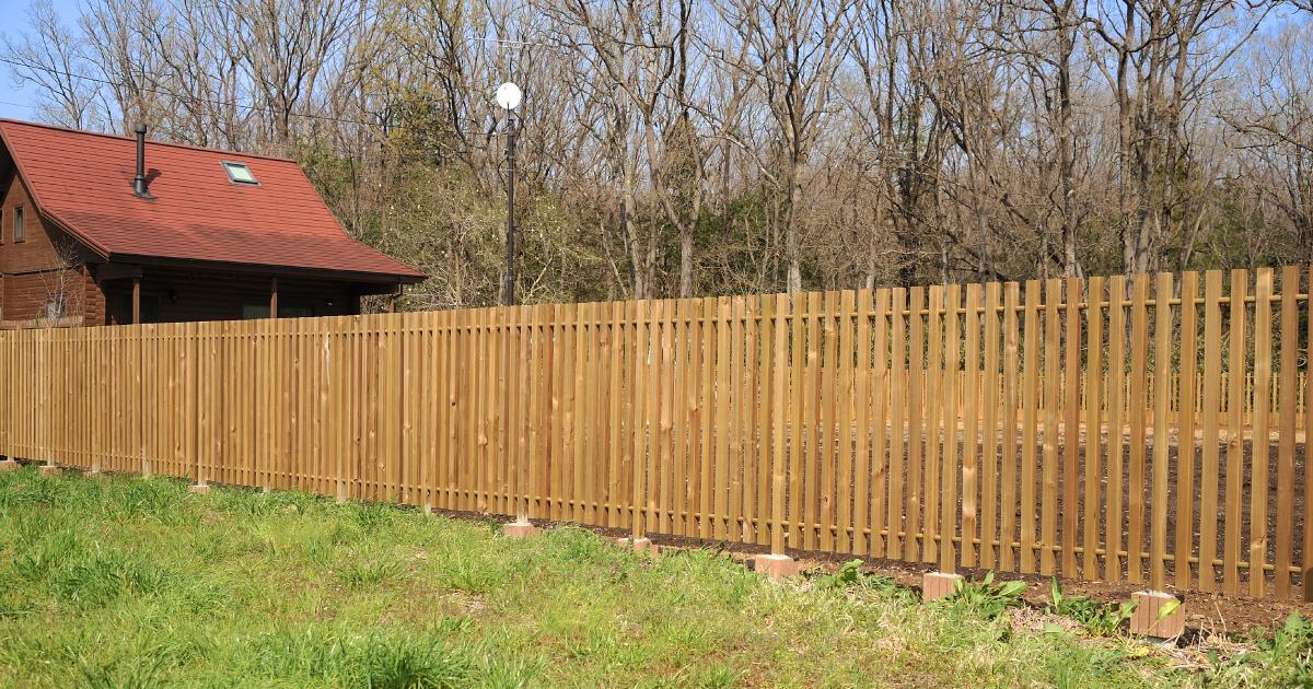 神山建設の所有地に、施工の実験場として木塀を巡らせた