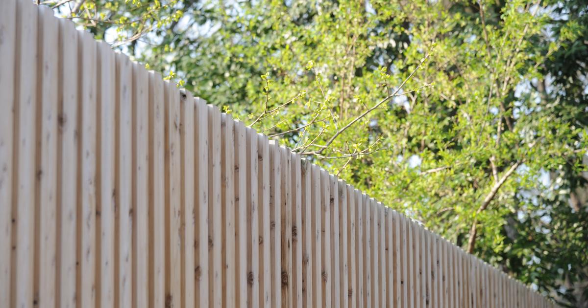 とある住宅の木塀では、板の隙間を空けずリブ状のデザインに