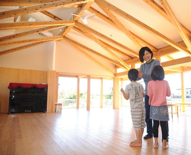 子どもの力を引き出す保育を支える、無垢の地域材で建てた保育園