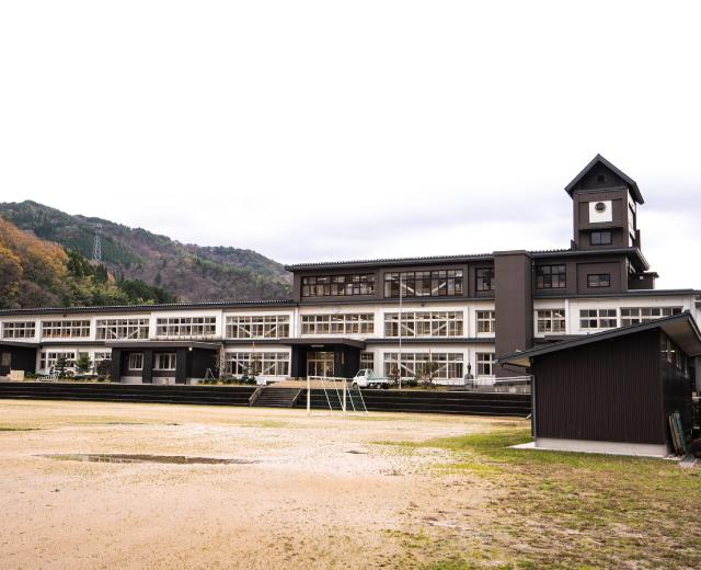 地元の木で、地元の人たちが建てた木の学校