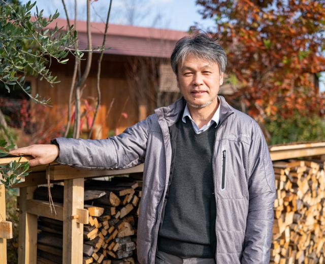落ち葉を堆肥に変える「コンポストの塀」と伝統構法を活かした組立て式「薪の棚」