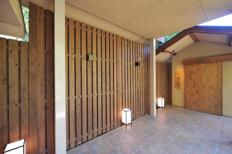 通路の壁や扉、椅子など、各所に惜しげなく木が使われています。