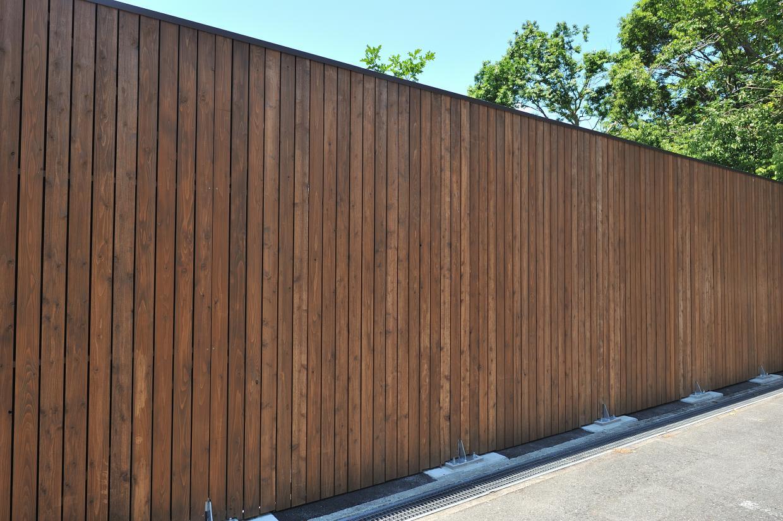 高さ3m(一部客室からの視界に配慮し4~4.5m)、全体長さ40mを超える木の塀。圧巻です。