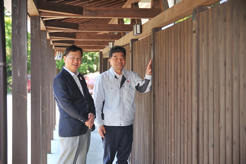 湯元館の山本専務と、ミノベ建設の斉京専務。施工を依頼する側とされる側の信頼関係が、お二人の笑顔からにじみ出ています。