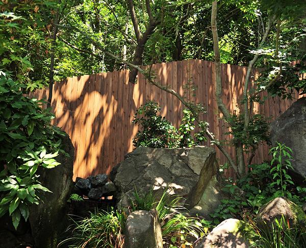 美しい木の塀で観光客を迎える~おごと温泉「湯元館」「木もれび」~