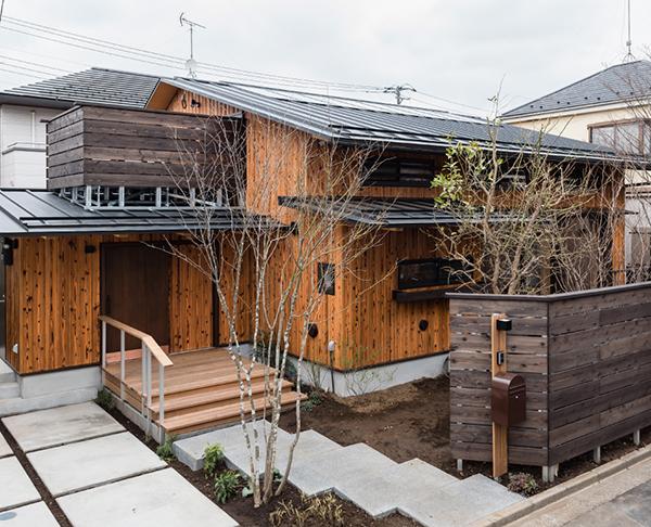 地域を、暮らしを彩る「木塀」のある住まい