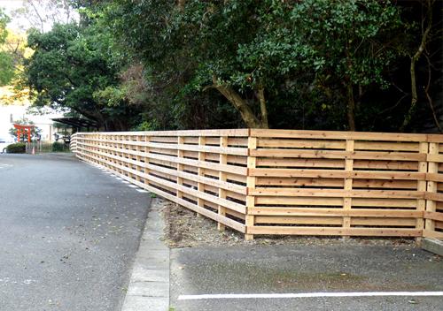 病院の外構設備 木製のフェンス
